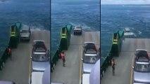 Une voiture sur un ferry tombe à l'eau