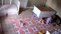 Un garçon sauve son frère jumeau coincé sous une commode