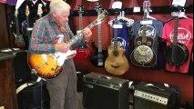 Ce vieil homme en train d'essayer une guitare dans le magasin va vous étonner