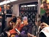 Cette femme provoque une contagion dans un train berlinois grâce avec son fou rire sans aucune subtilité !