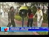 Pegadinha do João Kleber - Discussão atrapalha pedestre no telefone (João Kleber)
