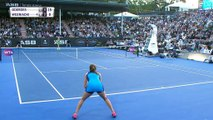 Auckland - Goerges renverse Wozniacki
