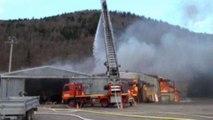 Violent incendie dans une menuiserie a...
