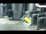 Torino - Ragazzo sfonda la porta di vetro della metropolitana (07.01.17)