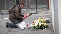 Lecteurs, policiers et artiste de rue... Les hommages émouvants devant l'ancien siège de Charlie Hebdo