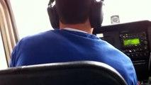 Atterrissage d'urgence d'un avion sur l'autoroute filmé de l'intérieur