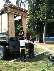 Descendre sa moto de piste du camion