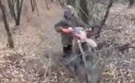 Un motard perd le contrôle de sa moto et celle-ci finit garé debout contre un arbre !