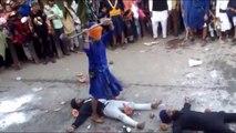 Il se prend un coup de masse sur la tête par accident pendant un rituel Sikh. KO direct