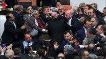 Une violente bagarre éclate entre les députés turcs