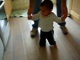 Néo fait quelques pas (11 mois)