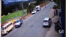Ce motard se predn une voiture à pleine vitesse, fait un vol plané de 50m et est à peine blessé... Miracle