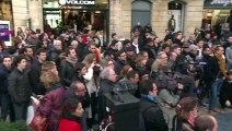 """Bordeaux: Montebourg fait son """"stand up"""" politique dans la rue"""