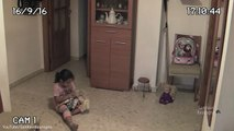 Pendant que la petite joue, regardez bien la poupée derrière ! C'est trop flippant, j'aurais déjà déménagé...