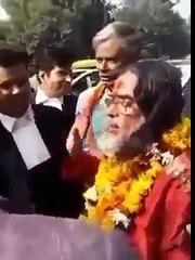 public ne swami om ko bigg boss 10 k ghar se bahar aate hi marna start kr dya leaked video-15th January 2017 Shock News