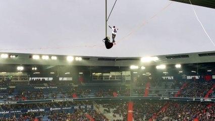 Il traverse le stade d'Ornano sur un fil à 30m de hauteur