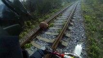 Ce motard tombe sur un chien abandonné au milieu d'une voie ferrée, enfermé dans un sac