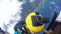 Des parachutistes s'amusent à se lancer une noix de coco en plein saut