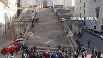 Cet homme monte 90 marches d'escalier avec un homme en équilibre sur sa tête !