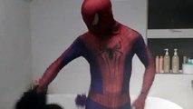 Человек-паук против Венома Спайдермен Ванна время трансформации реальной жизни Супергеройское кино смешно