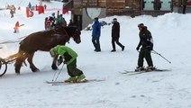 Un skieur ivre n'arrive pas à chausser ses skis