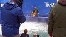 Un dresseur force un chien terrifié à rentrer dans l'eau pendant le tournage de « Mes vies de chien »