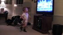 Trop mignon ce bébé danse comme un fou devant la TV