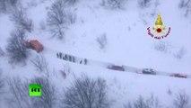 Italie : des sauveteurs affrontent des montagnes de neige pour gagner le lieu de l'avalanche