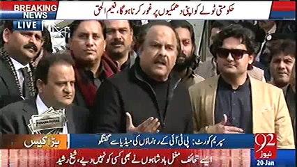 Naeem ul Haq ne SC ke bahir media talk ke dauran Faisal Javed ko dant piladi