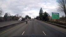Accident improbable entre une voiture et une moto arrivant à vive allure