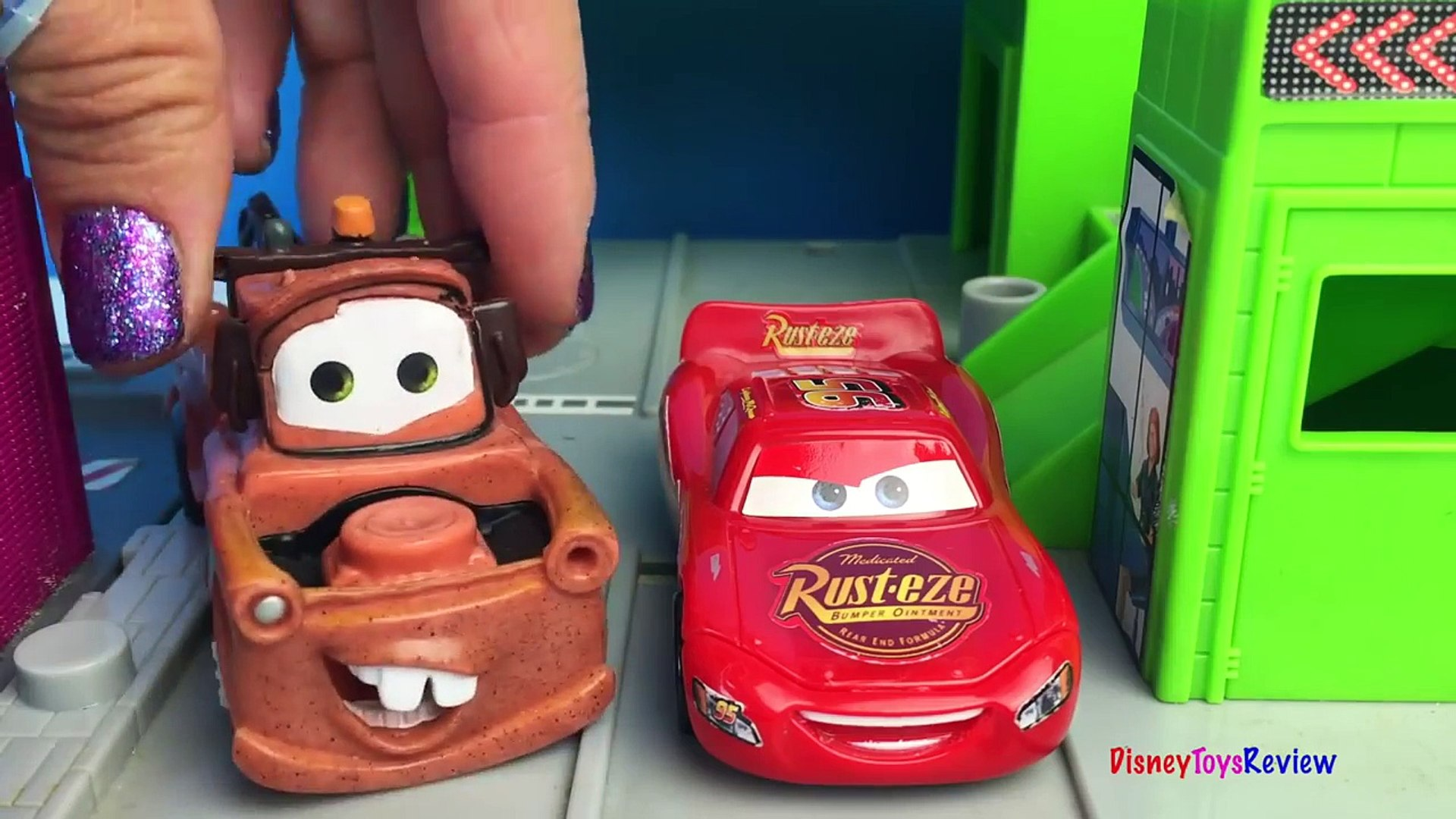DISNEY CARS LIGHTNING MCQUEEN AND MATER AT JOBSITE TO SEE MIGHTY MACHINES DUMP TRUCKS & BULLDOZE