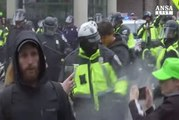 Lacrimogeni e spray irritanti sui manifestanti a Washington