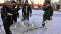 Ils découpent un gros disque dans la glace du lac pour faire un manège géant sur l'eau!