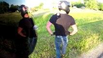 Régis motard fait une roue arrière en t-shirt