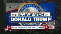 """Michael Moore et Alec Baldwin prononcent des discours anti-Trump : """"Il ne tiendra pas 4 ans !"""" - Regardez"""