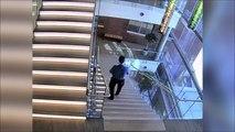 Il fait une énorme chute dans les escaliers et repart comme si de rien n'était!