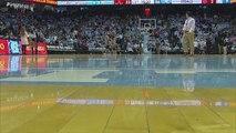 Un môme ramasseur de balles pendant un match universitaire de basket fait le show en mettant trois paniers parfaits d'affilée devant la foule en délire
