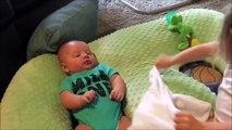 Cette petite fille joue déjà aux mamans avec son petit frère