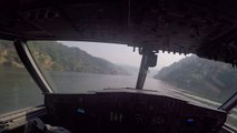 Un Canadair CL415 se remplit d'eau sur un fleuve