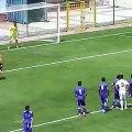 Un gardien met un but contre son camp à cause de son coéquipier !