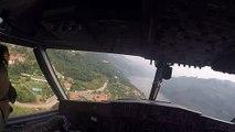 La vue du cockpit d'un Canadair CL-415 qui remplit son réservoir dans un fleuve (Portugal)
