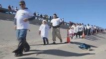 Familias se reúnen al abrirse la frontera México-EE.UU. por unos minutos