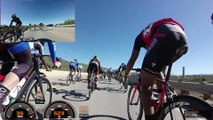 Un cycliste évite de justesse de tomber de 9m de haut pendant une chute énorme sur le sprint final