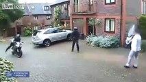 Ces deux voleurs ont voulu prendre de force la moto du gars. Ils l'ont bien regretté !