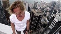 Oleg Cricket joue avec son skateboard en haut d'un gratte-ciel à Hong-Kong