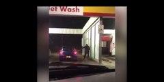 Il a la mauvaise idée de laver sa voiture alors qu'il gèle à pierre fendre