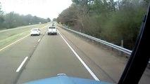 Un conducteur fou envoie 3 voitures hors de l'autoroute ! Road Rage