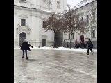 Deux garçons font du patins à glace sur une place verglacée !