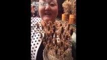 Manger des brochettes de scorpions vivants sur un marché en Chine
