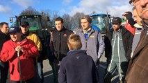Des éleveurs bovins bloquent Leclerc toute la matinée